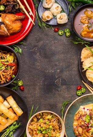 중국 음식 어두운 배경입니다. 중국 국수, 볶음밥, 만두, 북경 오리, 딤섬, 춘권. 유명한 중국 요리 요리를 설정합니다. 텍스트를위한 공간입니다. 평면 스톡 콘텐츠