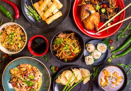 arroz chino: Surtido conjunto de la comida china. fideos chinos, arroz frito, albóndigas, pato de Pekín, dim sum, rollitos de primavera. Famosos platos de la cocina china en el vector. Vista superior. concepto de restaurante chino. banquete de estilo asiático