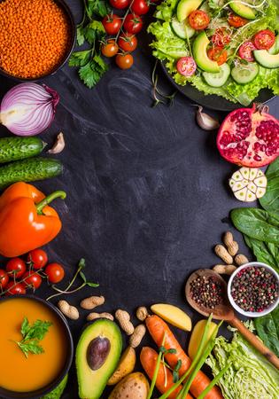 채식주의 자의 음식과 요리. 호박 수프, 샐러드, 야채, 과일, 소박한 검은 분필 보드 배경에 렌즈 콩. 건강 하 고 깨끗 한 먹는 개념. 채식주의 자 또는  스톡 콘텐츠
