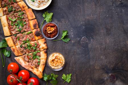 전통적인 터키어 구운 된 접시 pide입니다. 터키 피자 pide, meze, hummus 및 여러 가지 딥. 중동 전채. 음식 파티. 터키 요리. 평면도. 고기를 채우는 것. 텍스