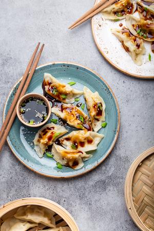 Asian dumplings on blue plate Foto de archivo