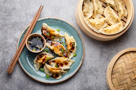 Asian dumplings on blue plate 版權商用圖片