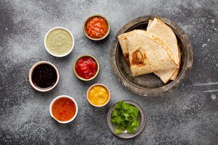 Indian chutneys and flatbread Imagens