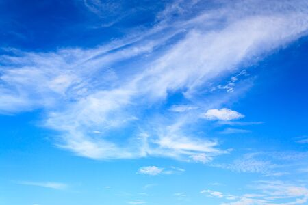 weißen Wolken und blauer Himmel an einem sonnigen Tag
