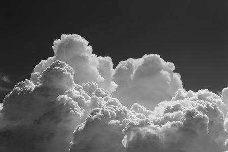 Schwarz-Weiß-Wolken: Rauch am Himmel