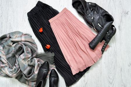 黒とピンクのスカート、ジャケット、スカーフ、ブーツ。ファッショナブルな概念 写真素材