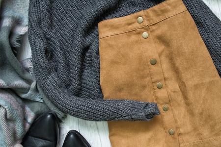 茶色のスカートとグレーのセーター。ファッショナブルなコンセプト
