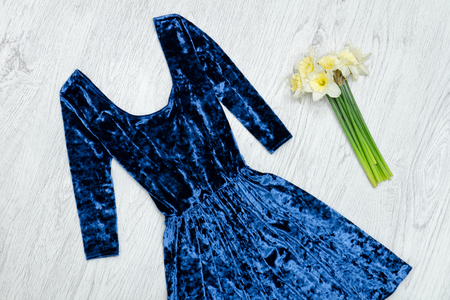 Velvet blue dress and a bouquet of daffodils. Fashionable concept. Stok Fotoğraf - 93165954