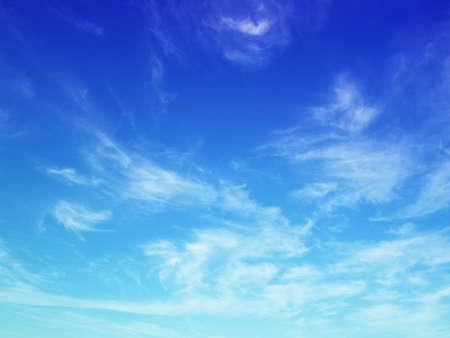 cielo despejado: Nube blanca de Niza en el cielo