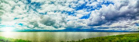 panorama uitzicht op de bergen en het meer (digitale verf techniek olieverf)