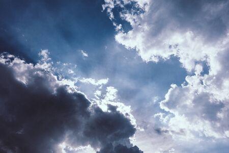주로 흐린 하늘. 극적인 하늘 배경 스톡 콘텐츠