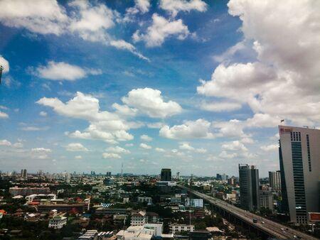 vue ville: Vue sur la ville avec ciel nuageux