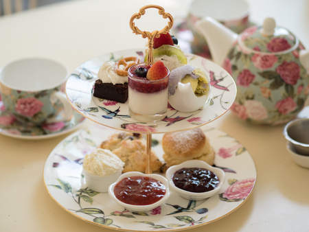 brytyjska popołudniowa herbata bułeczki z domowym dżemem i lodami