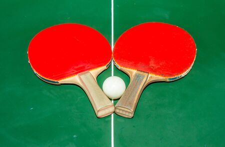 Two tabletennis racket with white ball on green table tennis. Standard-Bild