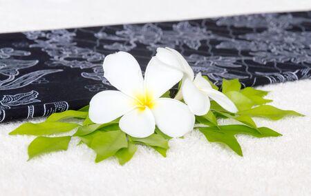 Leelawadee flower and leaf on white towel in spa. Standard-Bild - 146045448