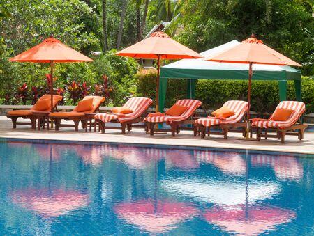 Orange umbrellas and bed at the pool. Standard-Bild - 147353675