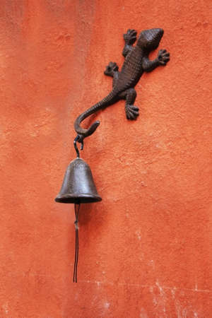 bugaboo: Gecko bell on wall