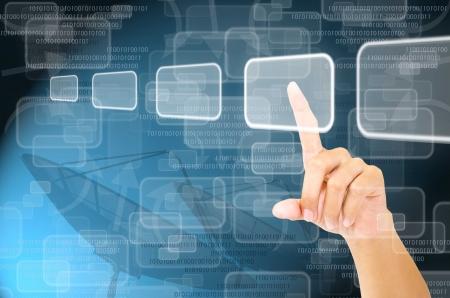 mano tocando la pantalla virtual