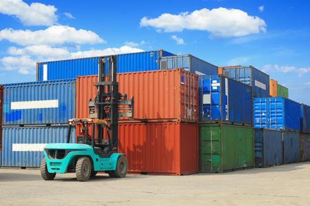 manutention chariot élévateur de la boîte de conteneur Banque d'images