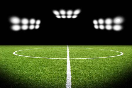cancha de futbol: Campo de fútbol verde, luces brillantes,