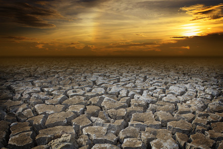 Tierra seca con la puesta de sol