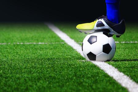 terrain de foot: Ballon de football sur le terrain dans le stade