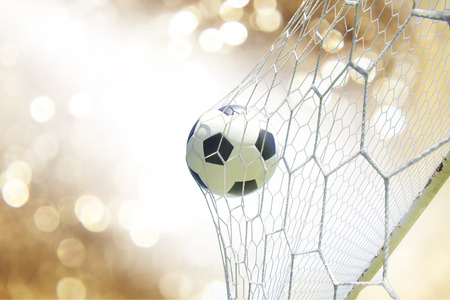 to soccer: bal�n de f�tbol en la porter�a
