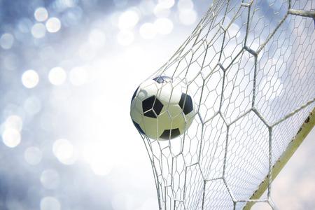 cancha de futbol: balón de fútbol en la portería