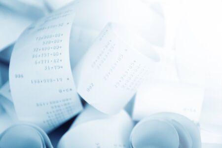 to cash: Recibos de caja registradora de papel en una pila pierde cerca con enfoque suave