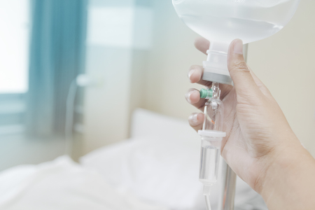 Close up saline IV drip for patient and Infusion pump in hospital. Banque d'images