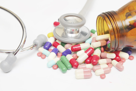 pastillas: Tabletas de colorido con c�psulas y pastillas sobre fondo blanco Foto de archivo