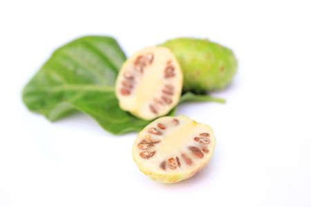エキゾチックなフルーツの白い背景のノニ