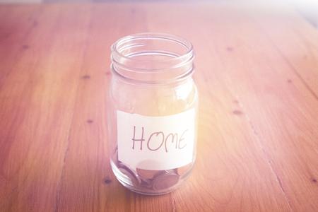 ホームのラベル、金融の概念とガラスの瓶にお金を。 写真素材