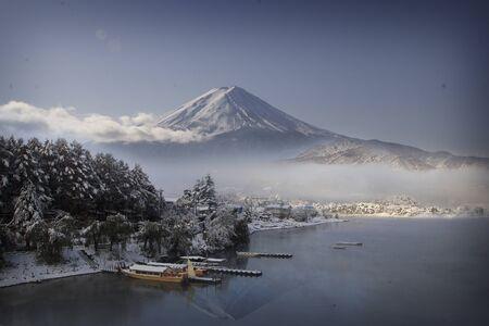 青い空と日本の河口湖で秋の富士山