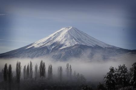 青い空と日本の河口湖で秋の富士山 写真素材 - 72726994