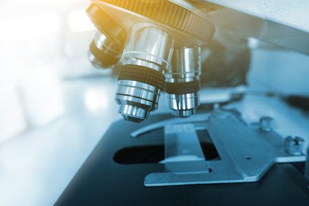 研究室の顕微鏡。科学・医療の研究の背景。 写真素材 - 71244272