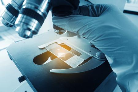 研究室の顕微鏡。科学・医療の研究の背景。 写真素材 - 71163792