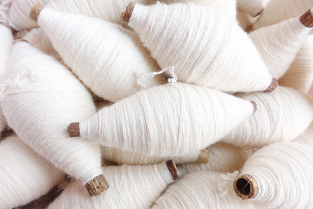 綿縫糸の色とりどりのボビン 写真素材 - 73533274