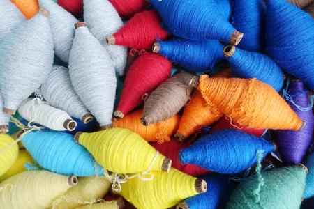 綿縫糸の色とりどりのボビン