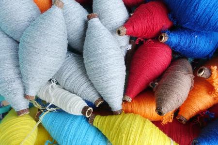 綿縫糸の色とりどりのボビン 写真素材 - 73467621