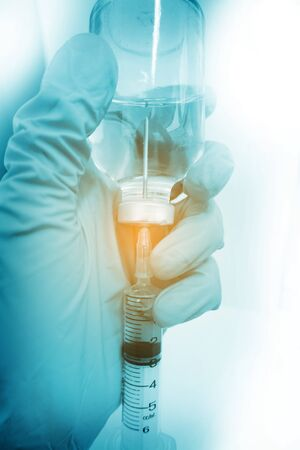 ワクチンのバイアルと注射器