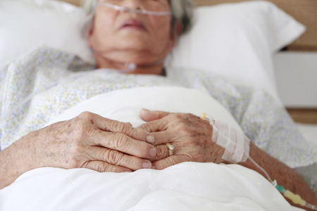 elder wearing oxegen mask in hospital 写真素材 - 98754463