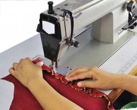 machine a coudre: travaille sur une machine � coudre � l'usine de textiles