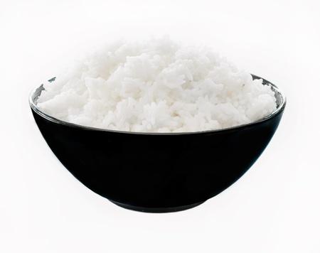 arroz blanco: Arroz en un cuenco sobre un fondo blanco