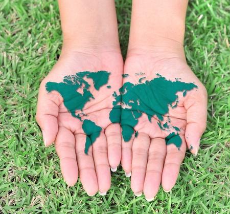 manos sucias: Las manos abiertas del mapa del mundo. Foto de archivo