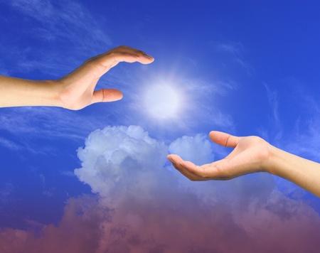 Een hand reikt in de hemel om hulp Stockfoto