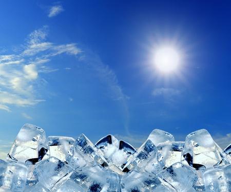 cubetti di ghiaccio: cubetti di ghiaccio nel cielo blu Archivio Fotografico