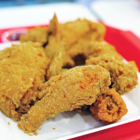 pollo frito: Dore el pollo frito