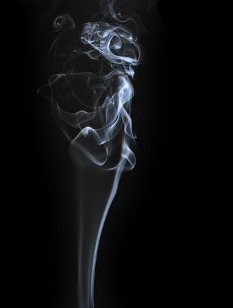 incienso: Resumen de humo aislados en negro