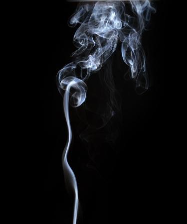 cigarro: Resumen de humo aislados en negro